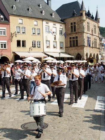 Musikkapellen begleiten die Gläubiger bei ihrer Prozession durch Echternach. (Foto Karsten-Thilo Raab)