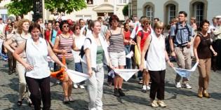 Die Welt trifft sich bei Willibrord –Springprozession im luxemburgischen Echternach