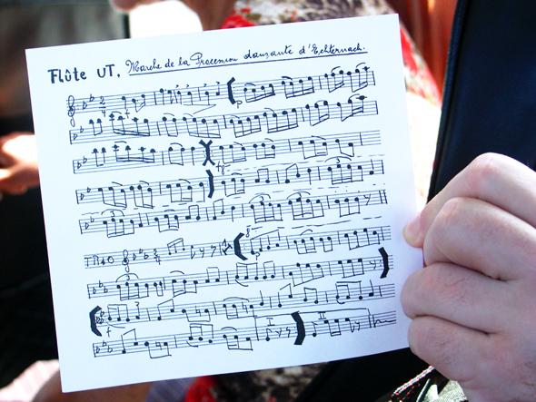 Begleitet wird die Springprozession von den immer gleichen musikalischen Tönen. (Foto Karsten-Thilo Rab)
