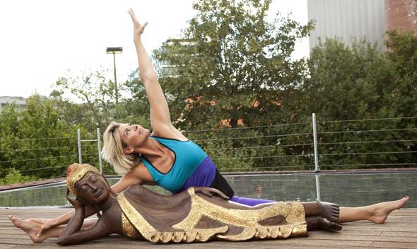 Auch mit Yogaübungen lässt sich - wie zeigt - viel für die Gesundheit und Fitness tun.