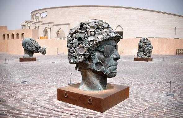 """Blickfang imKatara Cultural Village: Die Installation """"Gandhis Three Monkeys"""" von Subodh Gupta."""
