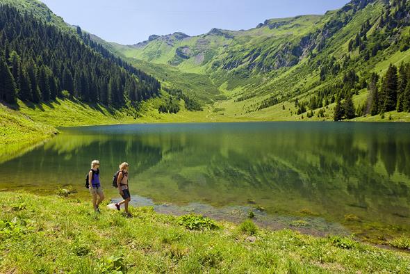 Herrliche Wanderpfade und idyllische Bergseen prägen die Region um in den französischen Alpen.  (Foto Tristan Shu)