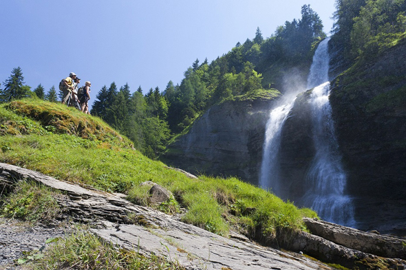 Rund um das Bergdorf Samoëns finden sich auch atemberaubende Wasserfälle. (Foto Tristan Shu)