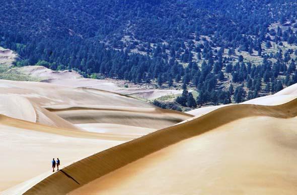 Zwei Wanderer im Great Sand Dunes Nationalpark (Foto National Park Service)