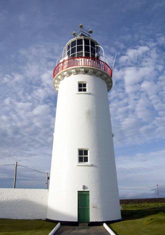 Das seit 1991 automatisierte Licht des Loop Head Leuchtturms warnt Seefahrer vor den schroffen Klippen und Untiefen der Landzunge. (Foto Tourism Ireland)