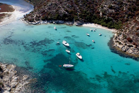 Auch an malerischen Buchten und traumhaften Stränden mangelt es auf der Mittelmeerinsel nicht. (Foto Office Municipal de Tourisme)