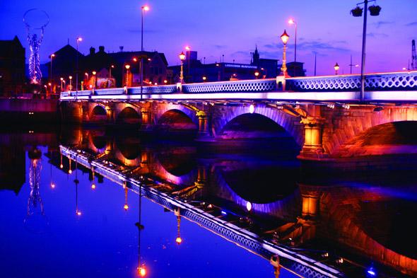 Nicht nur das Ufer des Lagan Rivers ist in den Abendstunden prächtig illuminiert. (Foto Tourism Ireland)