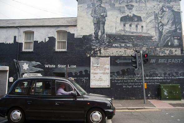 Ein Tour mit dem Black Cab, den markant schwarzen Taxis, führt zu geschichtsträchtigen Plätzen im Stadtgebiet. (Foto Tourism Ireland)