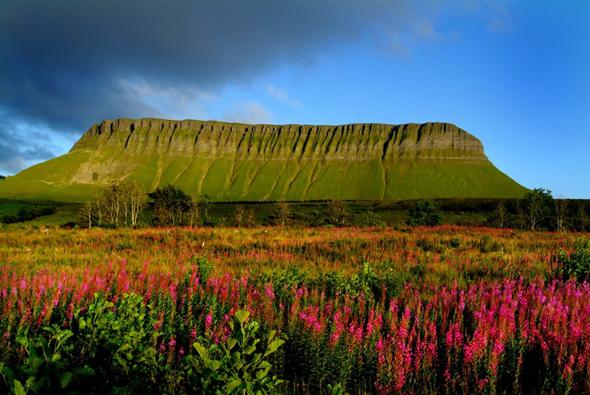 Der Tafelberg Ben Bulben ist das Wahrzeichen von Sligo. (Foto Tourism Ireland)