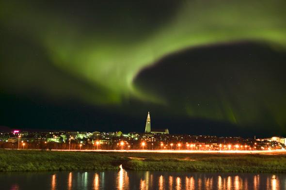 Ein weitere faszinierendes Naturschauspiel sind die regelmäßig auftretenden Nordlichter wie hier über Reykjavik. (Foto Visit Reykjavik)