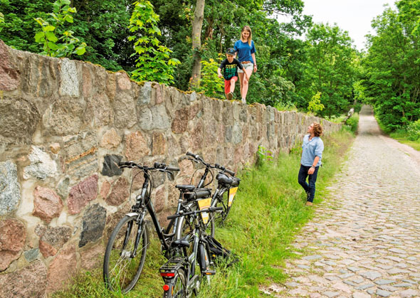 So schön kann Radeln in der Uckermark sein: Pause auf einer idyllischen Feldsteinmauer. (Foto: Klaus-Peter Kappest)