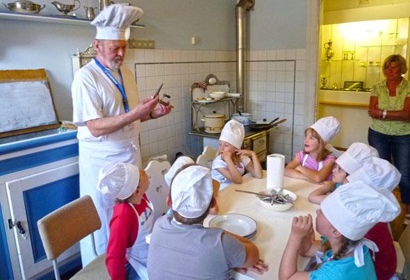 Im Schraube-Museum in Halberstadt erleben Kinder, wie man im Jahr 1900 gekocht hat. (Foto: djd)