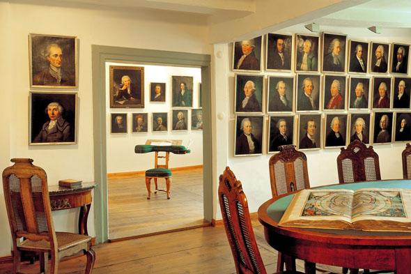 Die Porträtgalerie von Dichtern der Aufklärung ist ein Herzstück des Literaturmuseums Gleimhaus in Halberstadt. (Foto: djd)