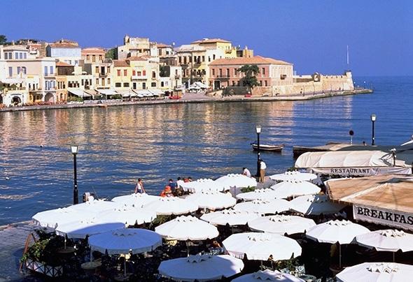 Malerisch gelegen, ist das Hafenstädtchen Chania.