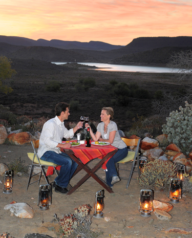 Stimmungsvoller als in der Wildnis unter freiem Himmel lässt sich wohl kaum speisen. (Foto South African Tourism )