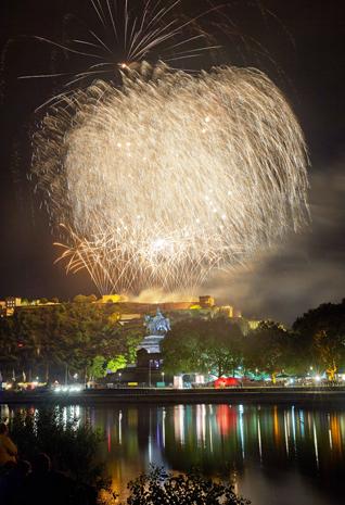 Das Abschlussfeuerwerk von «Rhein in Flammen» wird von der Koblenzer Festung Ehrenbreitstein aus abgeschossen. Im Vordergrund ist das Deutsche Eck mit dem Reiterstandbild von Kaiser Wilhelm zu sehen. (Fotos Rheinland-Pfalz Tourismus)