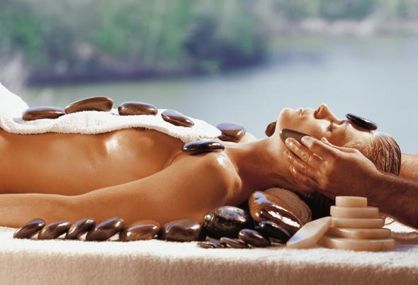 Das Mediterana in Bergisch Gladbach bietet als Wellness-Tempel der Superlative auch zahlreiche Behandlungsmöglichkeiten - wie hier die Stein-Massage - an.