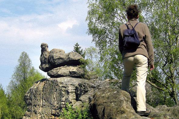 """Bizarre Felsgebilde: Die """"Brütende Henne"""" ist eine der vielen steinernen Tiergestalten im Steinzoo im Naturpark Zittauer Gebirge. (Foto: René Pech)"""