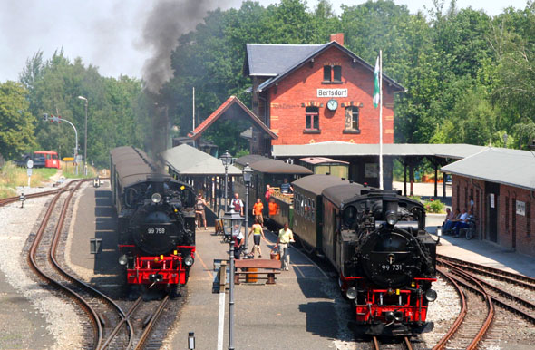 Eine Fahrt mit der dampfbetriebenen Zittauer Schmalspurbahn darf beim Urlaub in der Ferienregion nicht fehlen. (Foto: djd)