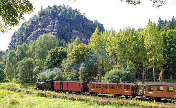 Seit über 120 Jahren ist die dampfbetriebene Bahn zwischen Zittau und den Kurorten Oybin und Jonsdorf in Betrieb. Eine besondere Attraktion ist der Zittauer Sachsenzug. (Foto: djd)