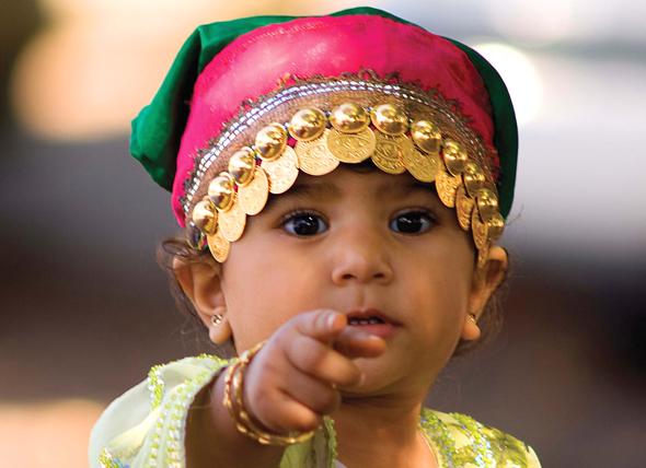Auch die kleinen Sultanat-Bewohnerinnen tragen gerne eine traditionelle Kopfbedeckung. (Fotos: djd)