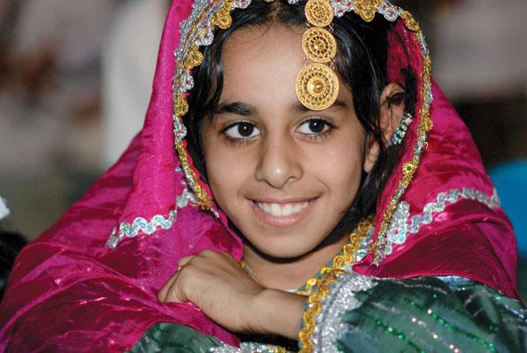 Bunt und aus edlen Stoffen ist die traditionelle Kleidung in Oman.