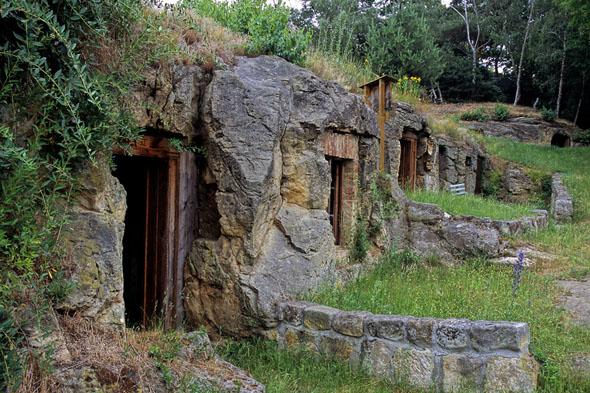 Zehn Felsenwohnungen wurden bei Halberstadt in einer Reihe in den Sandstein gehauen. (Foto: djd)