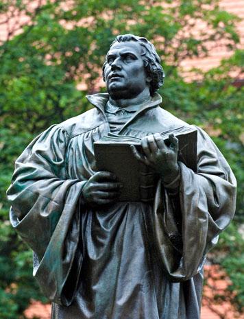 Martin Luther begegnet man in Thüringen an vielen Stellenwie hier alsmächtige Statue in Erfurt. (Foto: Toma Babovic)