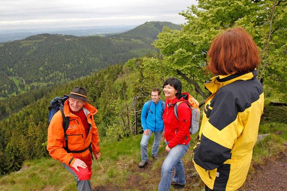 Eine weite Aussicht auf Wälder und Wiesen genießen Wanderer in Thüringen. (FotoLars Schneider)
