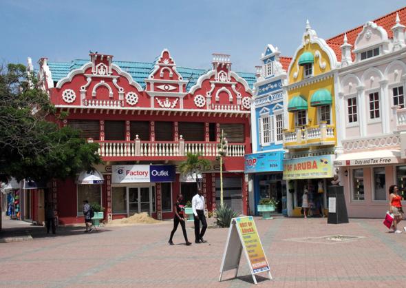 Das kleine Zentrum der Hauptstadt Oranjestad besticht durch zahlreiche architektonische Blickfänge. (Foto Karsten-Thilo Raab)