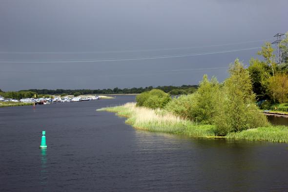 Tief schwarze Wolken hängen über dem Shannon bei Lanesborough. (Foto Karsten-Thilo Raab)