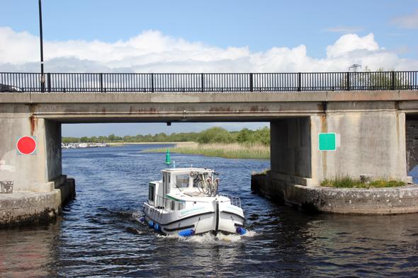 Auch die zum Teil engen Brückendurchfahrten fordern vor allem bei starkem Wind wie hier in Lanesborough voller Konzentration. (Foto Karsten-Thilo Raab)