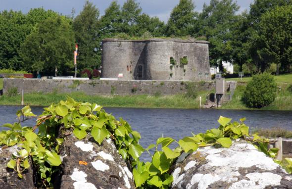 Ein Relikt aus längst vergangegen Tagen am Shannon Ufer in Banagher: das kleine Banagher Castle. (Foto Karsten-Thilo Raab)