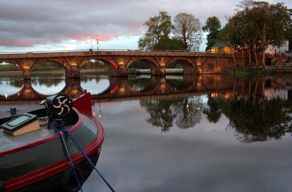 Überaus charmant gibt esich Carrick-on-Shannon mit seiner markanten Brücke über den Fluss. (Foto Karsten-Thilo Raab)