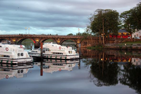 Stimmungsvoll liegt die Shannon-Brücke in Carrick-on-Shannon im Abendlicht. (Foto Karsten-Thilo Raab)