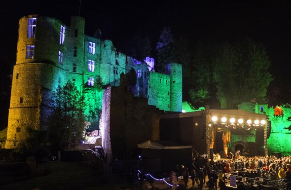 Die prächtige Kulisse für stiummungsvolle Konzerte im luxemburgischen Mullerthal bietet das Schloss Beaufort. (Foto Christian Kieffer)