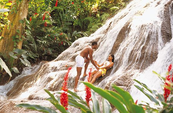 Neben dem neuen Welterbe finden sich auf Jamaika noch weitere faszinierende Flecken Natur wie hier an den Dunns River Falls.