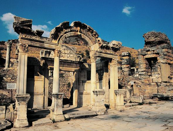 Eine weiterer Teil des Weltkulturerbes in Ephesos: das Hadriantor.