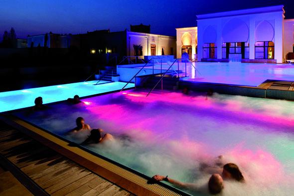 Im Solebad des Mediterana lässt sich auch nach Einbruch der Dunkelheit herrlich entspannen.