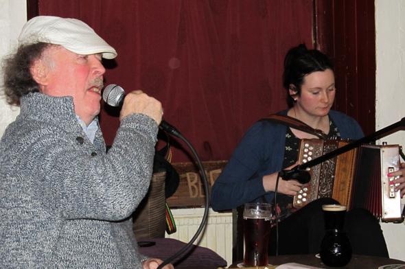 Ein singendes Original: ohn Bracken im JJ Houghs in Banagher. (Foto Karsten-Thilo Raab)