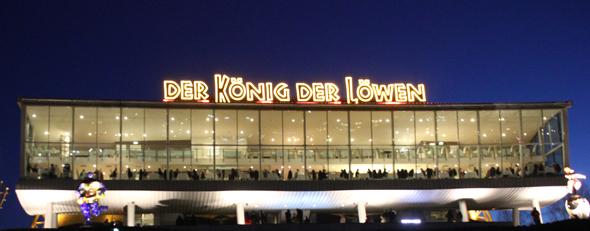 """Perfekt organisiert ist die An- und Abfahrt mit dem Schiff zur Bühne des """"König der Löwen"""". (Foto Karsten-Thilo Raab)"""