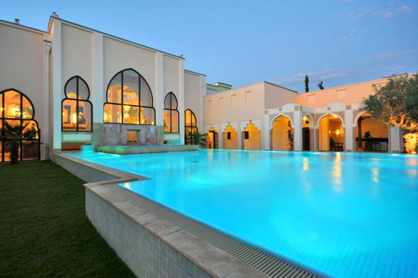 Im Außenbereich des Mediterana finden sich herrliche Schwimmbecken wie der Indische Poolbereich.