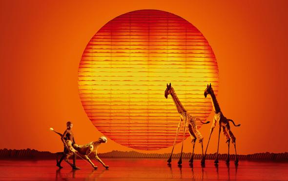 """Ein Stück Savanne mitten im Hamburg. Das Bühnenbild von """"Der König der Löwen"""" ist ebenso faszinierend wie die Kostüme."""