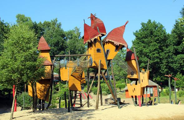 Herzstück des großzügigen Kinderspielbereichs: die auf einer künstlichen Insel gelegene Kletterburg. (Foto Karsten-Thilo Raab)