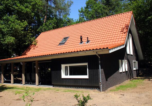 Herrlich gelegen in einem schattigen Waldstpück sind die Ferienhäuser des Landal Miggelenberg im niederländischen Hoenderloo. (Foto Karsten-Thilo Raab)