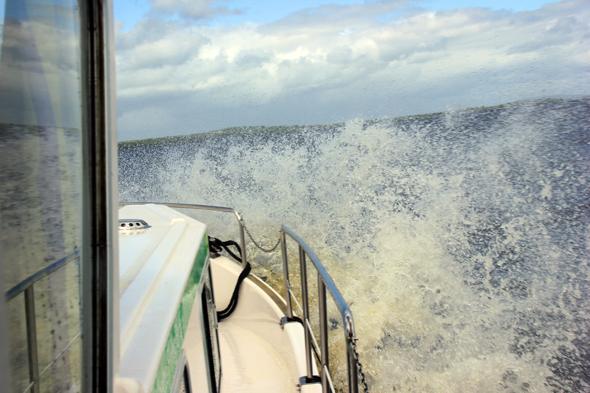 Die Fahrt über den vom Wind mächtig aufgewühlten Lough Ree hat ein wenig von großem Abenteuer. (Foto Karsten-Thilo Raab)