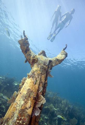 """Fast drei Meter hoch ist der """"Christ of the Deep"""", der vor der Küste Floridas im Meer versenkt wurde. (Foto Stephen Frink)"""