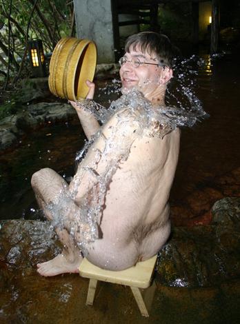 Vor dem Besuch des Onsens müssen sich die Besucher gründlich waschen. (Foto Karsten-Thilo Raab)