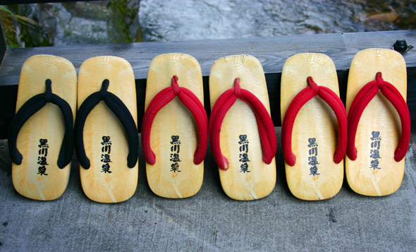 Das Tragen von Holzlatschen - wie hier im Shinmeikan Onsen in Kurokawa - ist obligatorisch. (Foto Karsten-Thilo Raab)