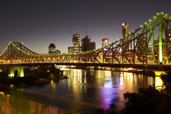 Eine der markantesten Landmarken von Brisbane: die abendlich prächtig illuminierte Story Bridge.